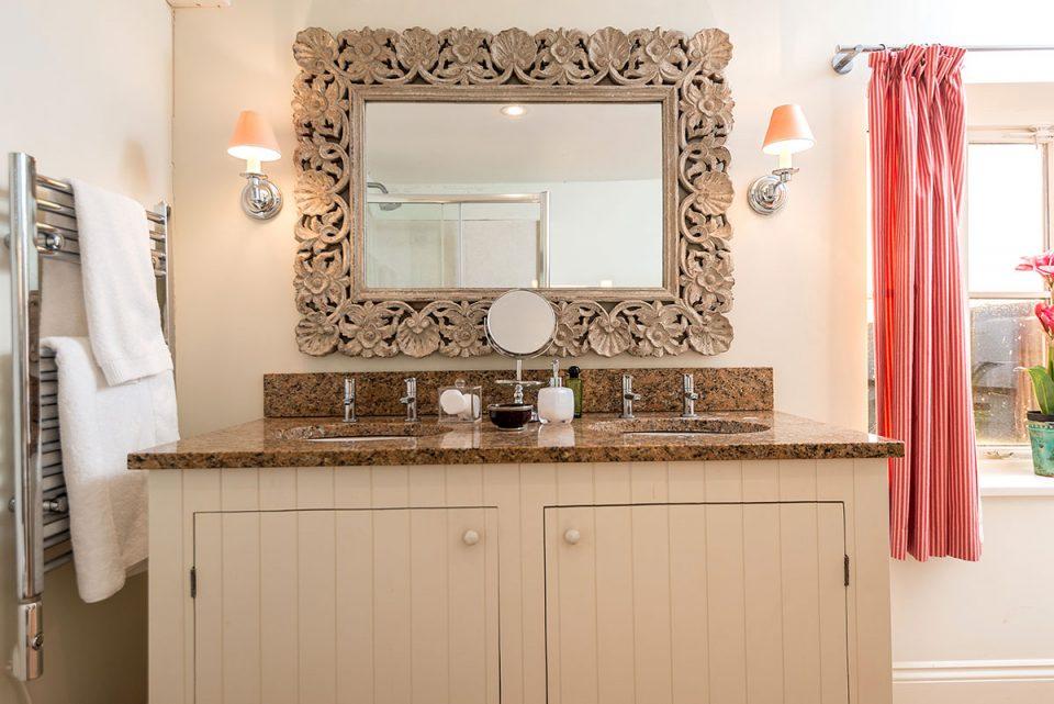 Double vanity unit in the ensuite bathroom to Panpantum bedroom